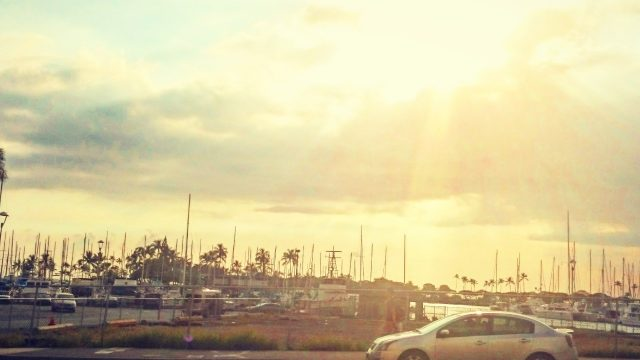 ハワイの夕焼けと車
